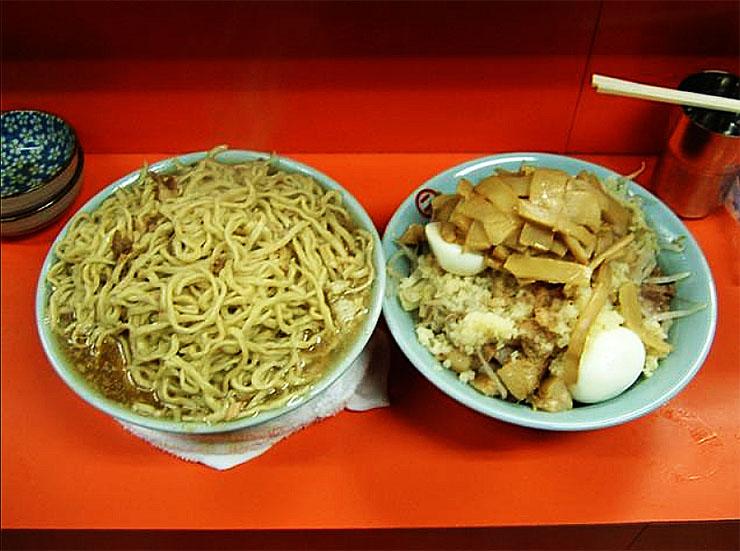 まるでラーメンのパフェみたい! デカ盛りすぎる『富士丸』のラーメン