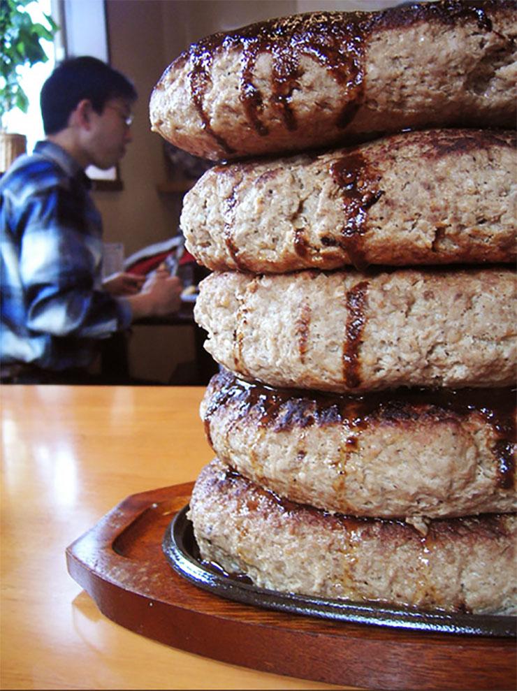 五重塔みたいなハンバーグが凄すぎるレストラン『オニオン』