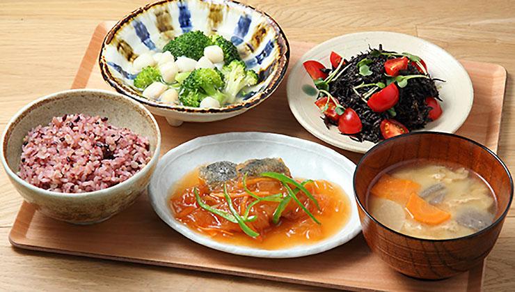 東京・皇居を走るランナーは「鹿屋アスリート食堂」でエネルギーを摂取せよ!