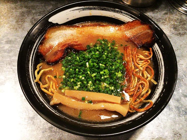 【奇抜】焼いた麺が楽しい食感を生み出す焼きラーメン『焼麺 劔』