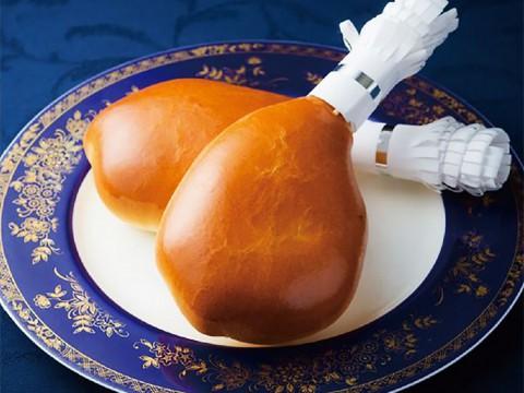 ローストチキンのようなチキンパンが美味しそう! しっかり蒸し鶏が入ってます / 喫茶ブルージン