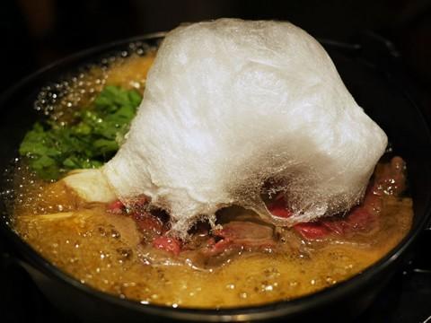 フワフワの「わたあめスキヤキ」が絶品! 綿飴が奏でる甘美な牛肉の旨味 / 飴家
