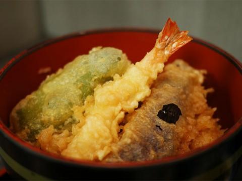 ファストフード感覚で食べられる高級天ぷら店の味 / 新宿つな八 イートインカウンター