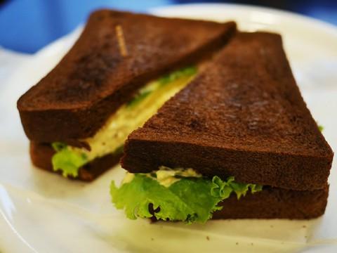 世にも珍しい黒パンの濃厚サンドイッチが名物 / Coffee&Tea BBB