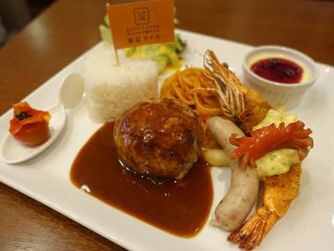 楽しさと懐かしさの波状攻撃。大人が食べるお子様ランチは一皿でパーティ気分 / 表参道『東京ライス』