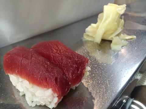 蛇口で手を洗う立ち食い寿司『柳橋美家古鮨』のマグロにぎり / 創業から約200年の歴史あり
