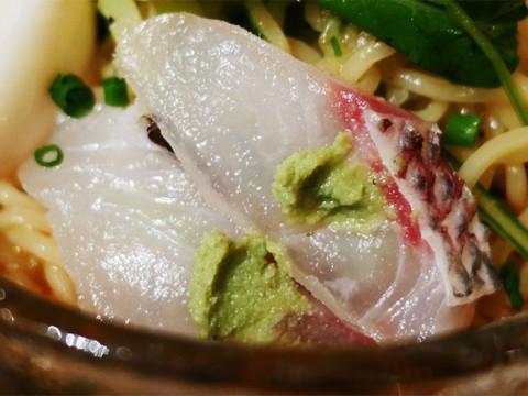 刹那に垣間見る真鯛の旨味! 居酒屋の真鯛ラーメン / 鯛麺真魚の辛口鯛拉麺(冷製)