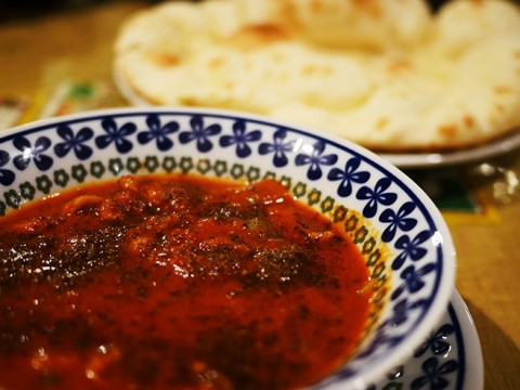 強烈な酸味と辛味が体験できるトマトチキンカレー / インド料理店『ガラムマサラ』