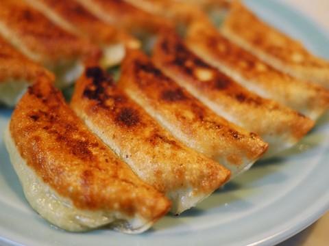 創業昭和29年の餃子の大衆食堂「餃子の王さま」で「王さまの餃子」を味わう