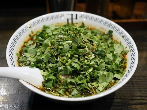 パクチーが山盛りの激辛ラーメンに感動する / 卍力のスパイスパクチーラー麺