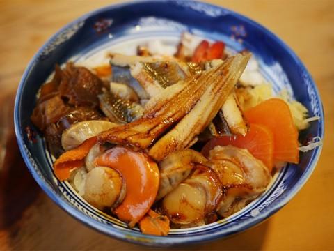 煮込んだ魚介類の海鮮丼 / 都寿司の「煮物丼」がヤミツキになる理由
