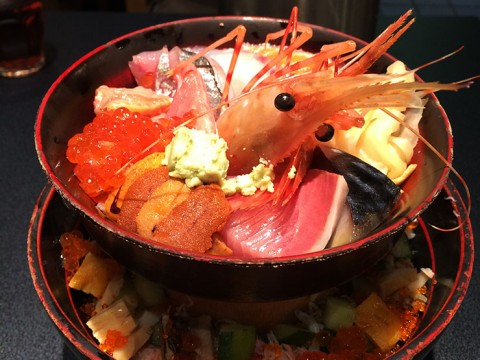 圧倒的なインパクトに目を奪われる二段重ねの海鮮丼 / 刺身BAR 河岸頭の築地場外丼