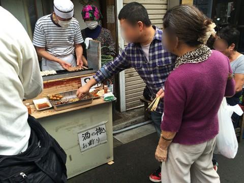 【東京都北区赤羽】店名が「一本70円」なのに一本80円の立ち食い焼鳥屋が人気絶大! 開店と同時にゾロゾロと人が集まる