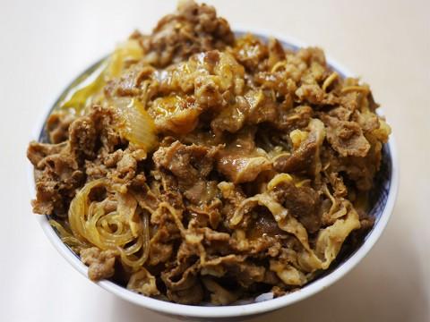 秋葉原の牛丼専門店「サンボ」の牛皿と味噌汁と生卵