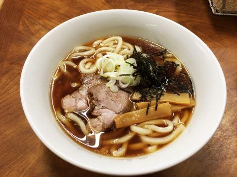 うどんとラーメンの融合グルメ / 寺院で食べる「中華うどん」が美味 / 豊川稲荷境内家元屋