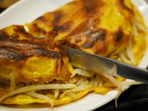 ベトナム風お好み焼き「バインセオ」が楽しくて絶品 / ハノイのホイさん