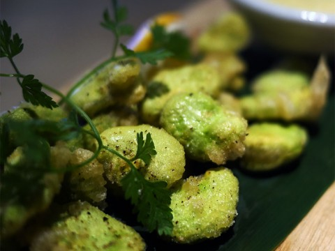 隠れ家的ではなく「本当に隠れている日本酒バー」で食べる感動のおつまみ / そら豆のフリット カレー風味 / 赤星とくまがい