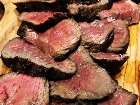 ミシュランが認めたナポリピッツァの名店で幸せをかみしめながら肉を食べる / ラ トリプレッタ