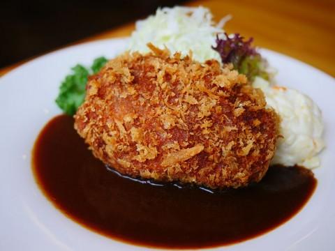 東京都千代田区でもっとも上品で肉厚な絶品メンチカツ / ランチョン