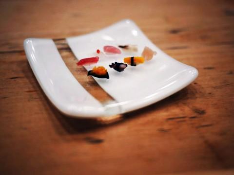 これが浅草っ子に愛される寿司職人の技術! 完全にミニマルな一粒寿司に感嘆する / すし屋の野八