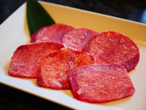 タン好きならば一度は食べておきたい極上タン! レモン汁にたっぷり浸して食べる / 焼肉チャンピオン ペントハウス