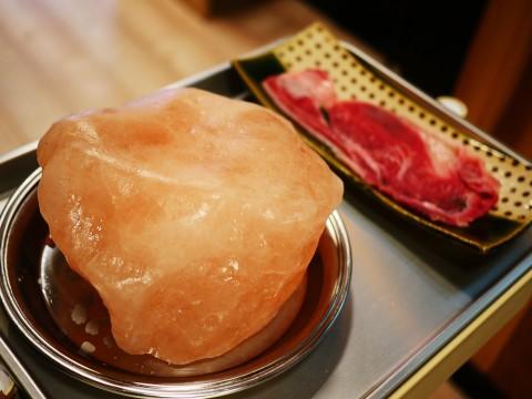 美しき岩塩で極上の和牛サーロインを焼く / 立呑写楽
