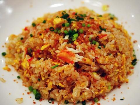 中華料理店の殿堂「萬珍樓」で食べる蟹とニンニクのチャーハンが唸る美味しさ