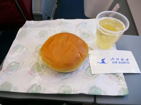 北朝鮮の航空会社・高麗航空の機内食として出されたハンバーガーについて