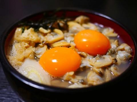 【江戸グルメ】贅沢に散りばめられたアサリを卵黄とダシ汁でいただく深川丼ぶり / 深川釜匠
