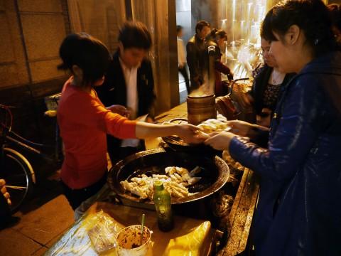【異国グルメ】中国の屋台の焼き餃子がウマイ / 日本人には中国でも焼き餃子をオススメしたい