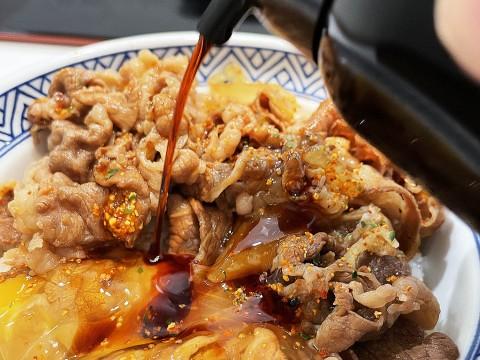 【秘密グルメ】吉野家の牛丼は「ツユナシ+生卵」がウマイらしいので試した / マニアはツユナシが常識か