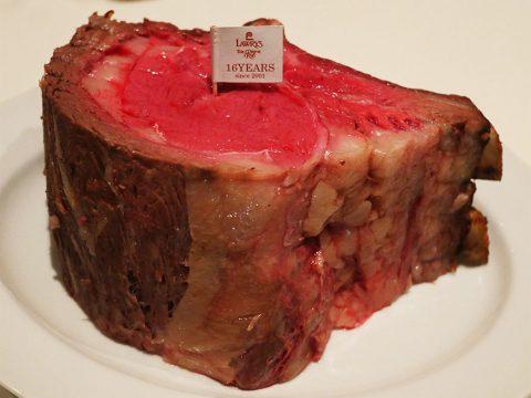 【豪快グルメ】ロウリーズ日本上陸20周年記念の2001グラムの肉がスゴイ! 超巨大な高級ローストビーフ